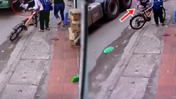 Hú hồn: Bé trai thoát chết trong gang tấc dưới bánh xe container khiến triệu người xem thót tim