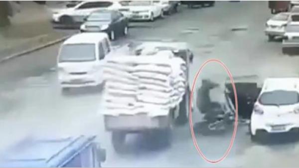 Thót tim cảnh tài xế lái ẩu hất văng người đàn ông xuống đường, container ầm ầm lao tới, cảnh tượng quá kinh hãi!
