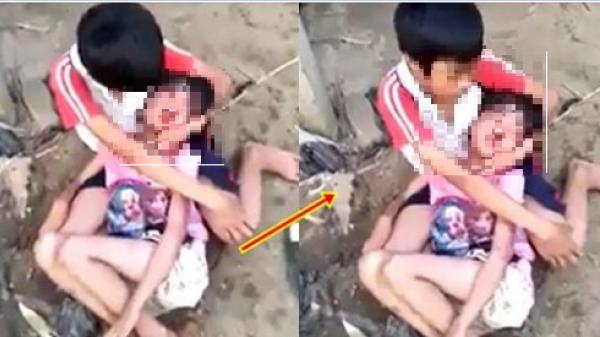 Bé trai ngồi sụp ôm em gái sau trận đòn dã man của mẹ kế, lau máu mũi: Mẹ chết rồi, có anh thương em!