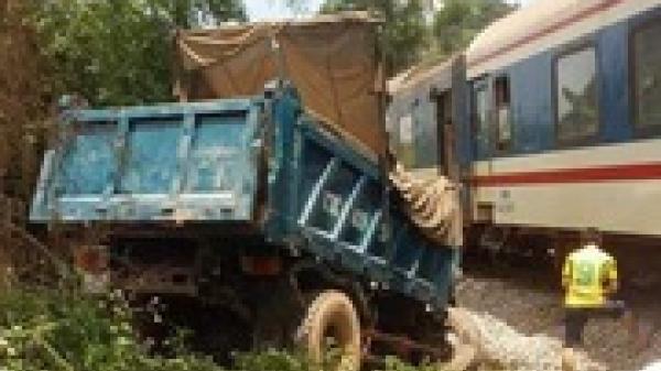 Tàu hỏa đâm nát đầu xe tải, 2 người bị thương nặng