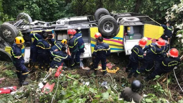 Xe khách lao xuống vực ở đèo Hải Vân: Dùng dây thừng cứu hộ các nạn nhân.