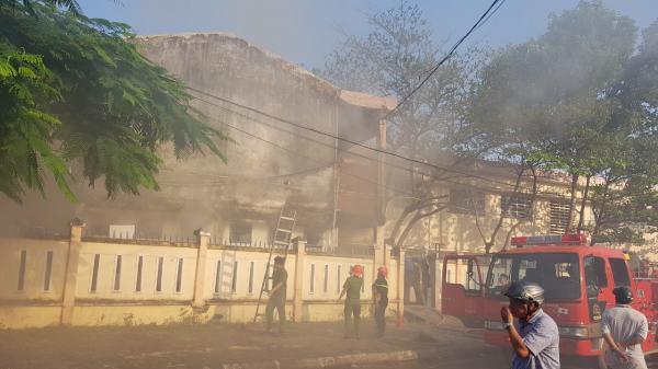 Cháy nhà kho bên trong trường tiểu học, hàng trăm học sinh hoảng loạn sơ tán
