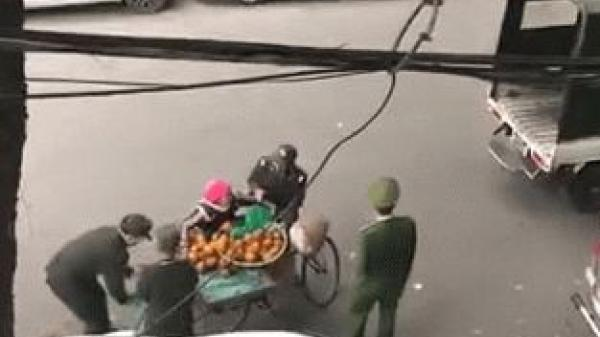 Xôn xao clip người phụ nữ bán hàng rong bị thu giữ từng quả cam
