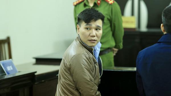 Bị cáo Châu Việt Cường ngơ ngác tìm người thân khi ra hầu toà
