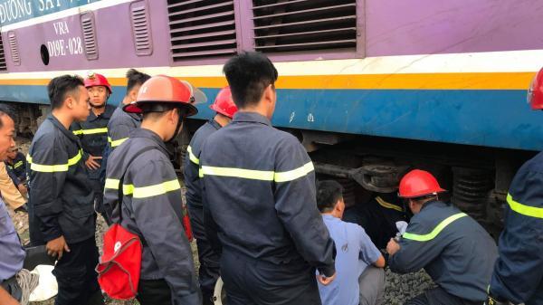 Hàng chục cảnh sát giải cứu người đàn ông mắc kẹt dưới gầm tàu hỏa