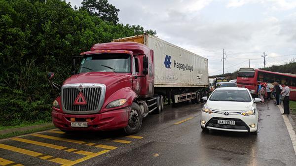 Xe container BKS Hải Phòng va chạm ô tô khách, nhiều người bị thương, la hét hoảng loạn