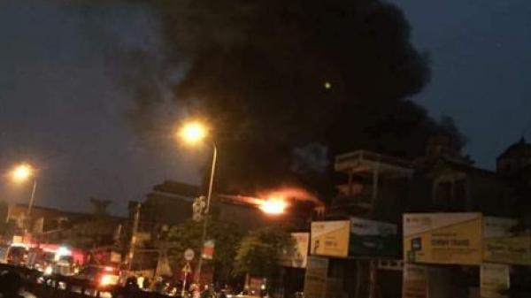 Hà Nội: Nhà 5 tầng bóc cháy dữ dội, 1 người t.ử vo.ng, 6 người mắc kẹt la hét hoảng loạn