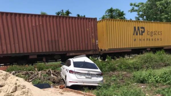 Tàu hoả húc ô tô văng 5m, 3 người bị thương nghiêm trọng