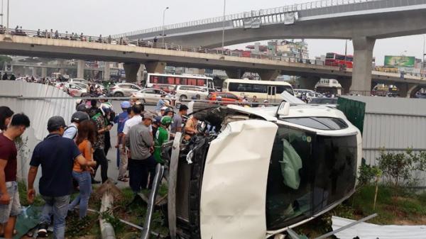 Hà Nội: Mercedes tông hàng loạt người rồi lật nhào vào chợ sinh viên, nhiều người bị thương nghiêm trọng