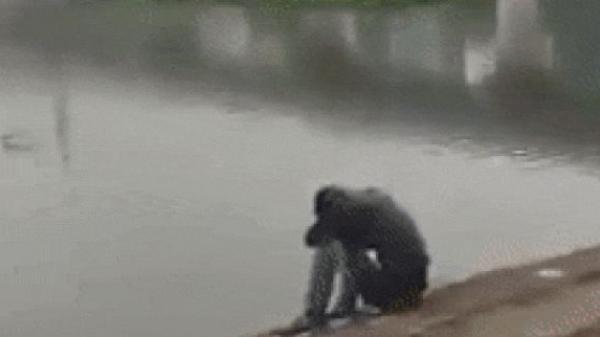 Xôn xao clip thanh niên ngồi khóc cả đêm bên hồ khi vừa chia tay mối tình kéo dài 5 năm