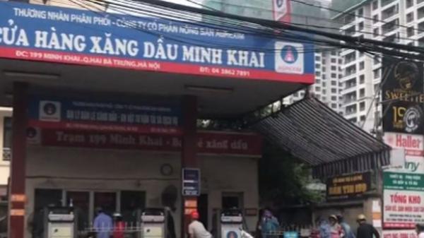 """Phát hiện nhân viên cây xăng thay phiên nhau """"móc túi"""" khách hàng tại Hà Nội"""