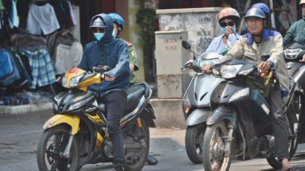Hà Nội: Người dân, du khách nhăn mặt nhíu mày với nắng nóng 41 độ C giữa trưa Hè