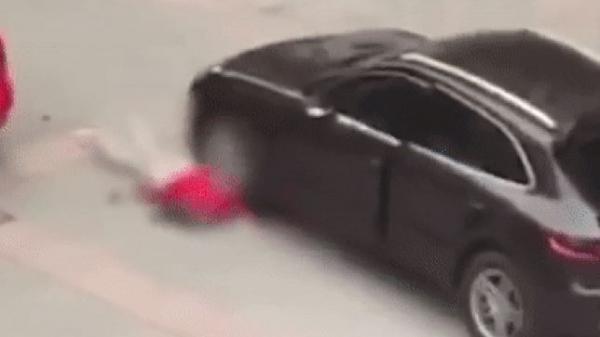 Cãi nhau, gã trai nhà giàu lái siêu xe ch.èn qua người bạn gái