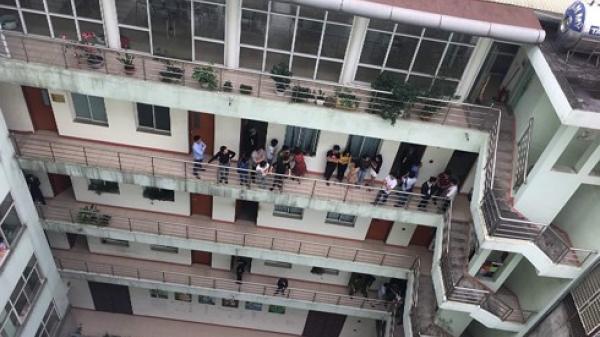 """Nóng: Công an """"đột kích"""" trụ sở hệ thống phân phối điện thoại lớn tại Hà Nội"""