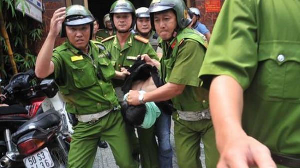 Nhóm nam nữ dùng gạch đá tấn công khiến Thượng uý và Thiếu uý công an nhập viện