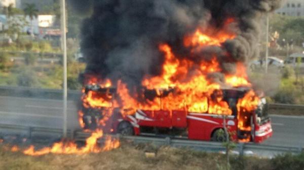 Xe khách cháy dữ dội trên đường, cậu bé 14 tử vong tại chỗ, nhiều người la hét hoảng loạn