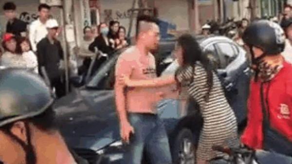 Bắt quả tang chồng dẫn bồ đi nhà nghỉ, vợ mang bầu xông vào giằng co ngay giữa phố
