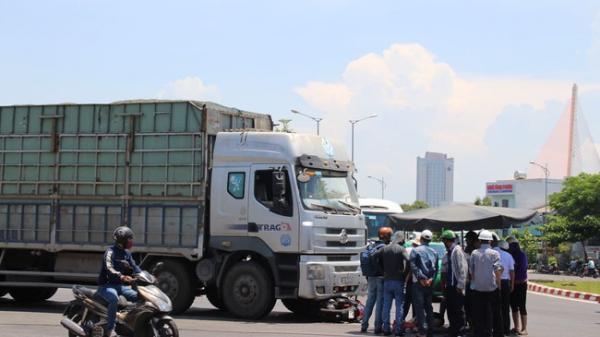 Xe máy đối đầu xe tải, cô gái trẻ bị kéo lê 5m t.ử v.ong th.ương tâm