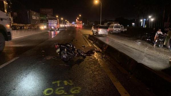 Xe máy tông đuôi xe tải, tài xế Vĩnh Long t.ử vo.ng tại chỗ, người khác bị thương rất nặng