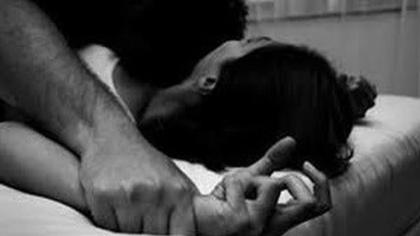 Cô gái đang nằm ngủ bị thanh niên dùng dao khống chế, bắt cởi bỏ quần áo rồi h.iếp d.âm