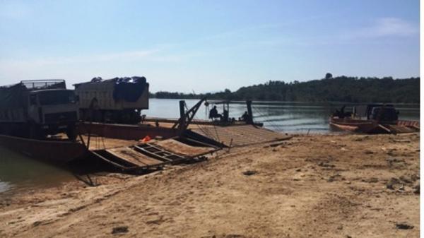 Phà chở ô tô gỗ bất ngờ bị lật trên sông khiến 1 người tử vong
