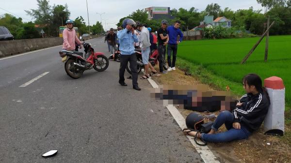 Cô gái ngồi thất thần bên thi thể bạn trai sau tai nạn thương tâm