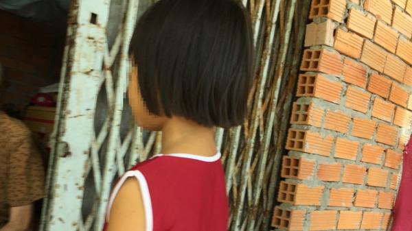 """Lời kể của mẹ bé gái 6 tuổi bị ông ngoại """"nuôi"""" sàm sỡ vùng kín: """"Chị đã đ.ánh con vì không tin, cho đến khi..."""""""