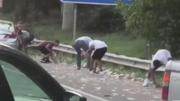 Xe chở tiền đánh rơi hơn 4 tỷ đồng trên đường cao tốc, người dân xúm vào nhặt trước sự bất lực của cảnh sát