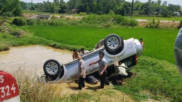 Ô tô 7 chỗ lật xuống ruộng, 6 người họ hàng thương vong