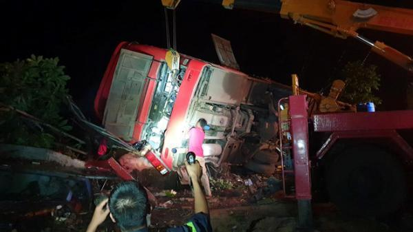 Xe khách lật nghiêng, 11 người thương vong nằm la liệt kêu khóc giữa quốc lộ