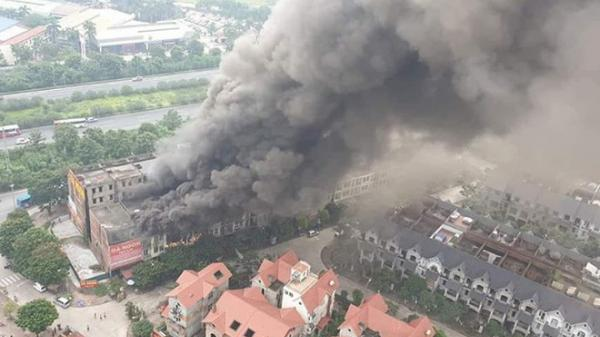 Hà Nội: Đang cháy lớn dãy nhà 4 tầng ngay cổng Thiên đường Bảo Sơn