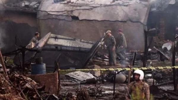 Pakistan: Máy bay quân sự rơi xuống khu dân cư, 27 người thương vong