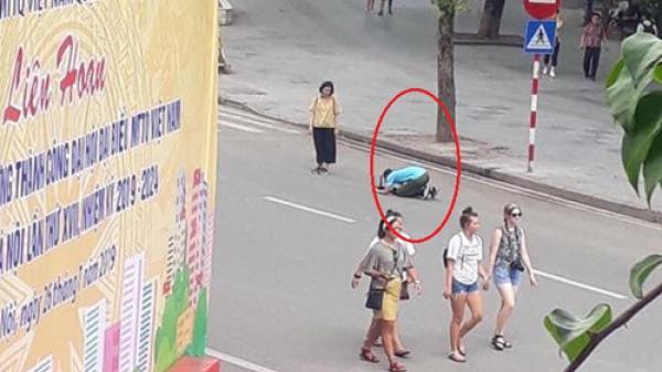 """Sự thật ai cũng """"choáng"""" đằng sau bức ảnh chàng trai quỳ gối xin lỗi bạn gái"""