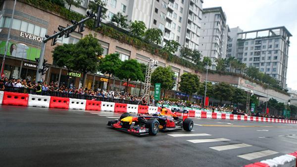 Hà Nội: Rào chắn nhiều tuyến đường để xây đường đua F1, người dân than lưu thông khó khăn nhưng tự hào và đều chấp nhận