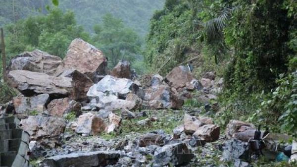 Nhiều tảng đá kích thước như xe tải sạt trượt xuống quốc lộ 3 - tuyến giao thông huyết mạch nối Cao Bằng và Thái Nguyên