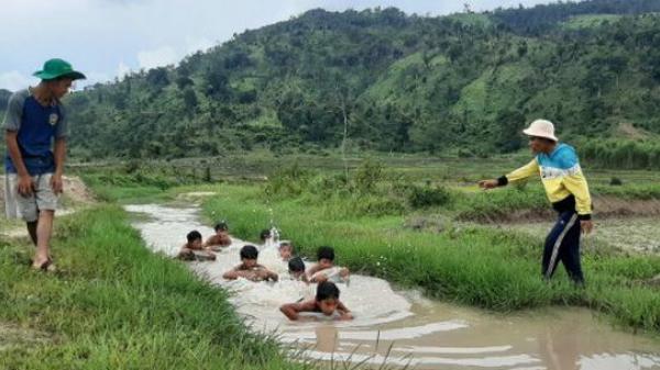 Gia Lai: 3 thanh niên ngăn suối, làm điều cảm động dưới chân núi lửa