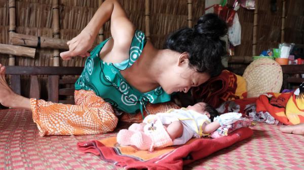 """Cuộc sống đã có niềm vui của """"người mẹ điên"""" sinh con gái vì bị hiếp dâm sau một tháng được mọi người giúp đỡ"""