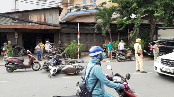 """Xe """"điên"""" lao vào hàng loạt xe máy và ô tô, hất văng nhiều người ngã xuống đường"""