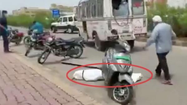 Clip: Xe cứu thương tăng tốc khiến thi thể nạn nhân Covid-19 văng xuống đường gây phẫn nộ