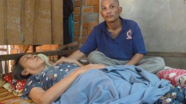 Vĩnh Long: Xót xa cám cảnh của con u não chăm mẹ già nằm một chỗ