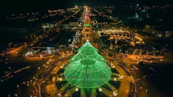 Chẳng cần đi đâu xa, ngay gần Vĩnh Long có cây thông Noel KHỔNG LỒ đẹp lung linh, huyền ảo
