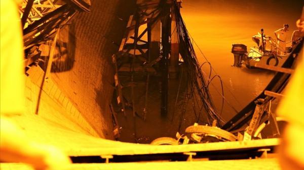 Nóng: Sập cầu Long Kiểng lúc nửa đêm, xe máy ôtô chìm dưới dòng nước