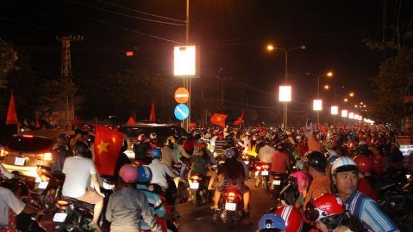 Vĩnh Long: Người dân đổ ra đường ăn mừng chiến thắng của U23 Việt Nam