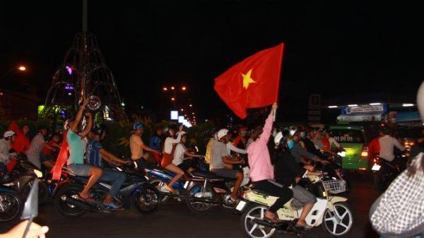 Thả ga xem chung kết U23 tại quảng trường thành phố Vĩnh Long