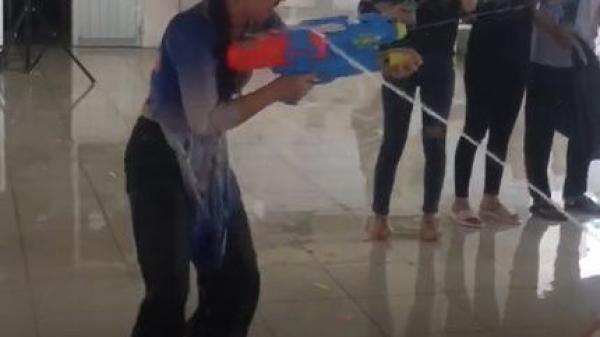 Cần Thơ: Cô hiệu phó 'trường người ta', 'xõa hết mình' với trò chơi súng nước cùng học sinh trong buổi lễ tri ân