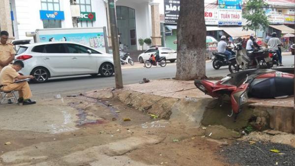Đắk Lắk: Điều khiển xe máy tôn.g vào cột đèn đường, 2 thanh niên thươn.g vo.ng