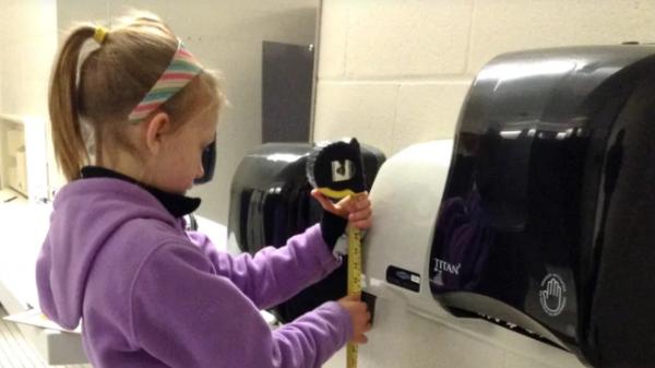 Bé gái 13 tuổi mất 4 năm trời để chứng minh máy sấy tay trong nhà vệ sinh công cộng gây nguy hại cho tai trẻ em