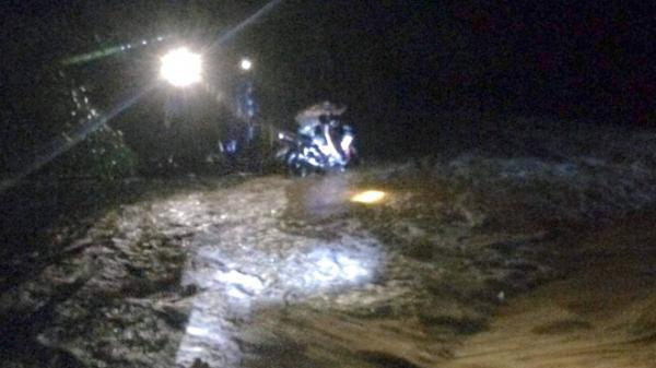 Cố đi qua cầu ngập nước lũ, người đàn ông bị cuốn trôi cả người và xe mắc vào bụi tre