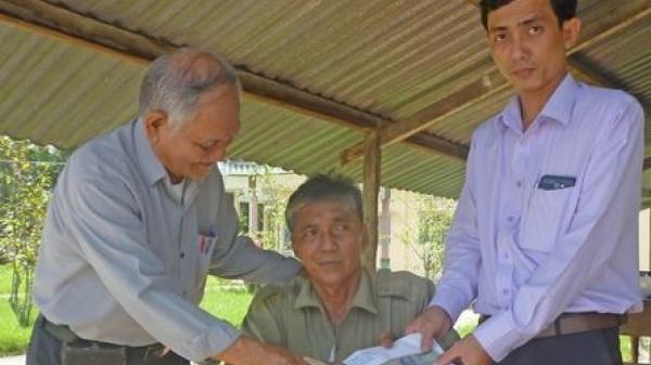 Vĩnh Long: Trao tiền bạn đọc giúp ông Nguyễn Văn Bé Tư