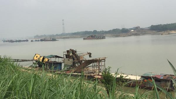 Dân tự góp tiền mua thuyền quyết chiến với nạn cát tặc ở giáp ranh Vĩnh Phúc - Phú Thọ